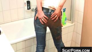 Обосралась и мастурбирует киску в гомне